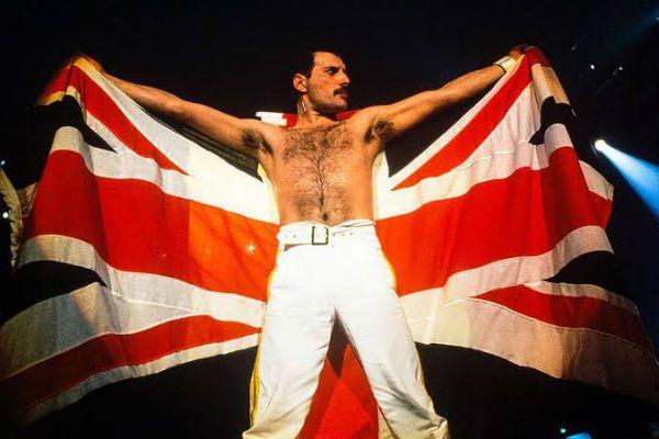 Freedie Mercury ergue a bandeira britânica