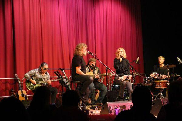Robert Plant se apresenta com sua nova banda, Saving Grace, em teatro britânico