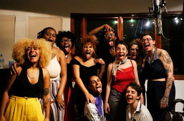 """Time de mulheres maravilhosas participaram do coro da música """"Goela"""""""