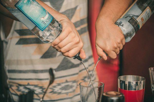 Bebida alcoólica não combina com profissional da voz
