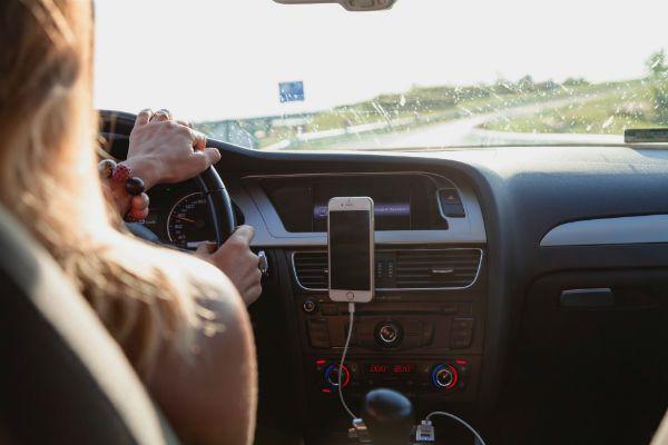 Duas coisas que não combinam: som no volume alto e trânsito