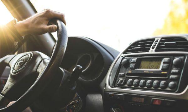 Som alto no carro faz mal à saúde e aos bolsos