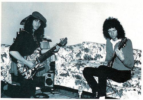 Eddie Van Halen e Brian May, gênios incontestáveis da guitarra, durante uma jam session