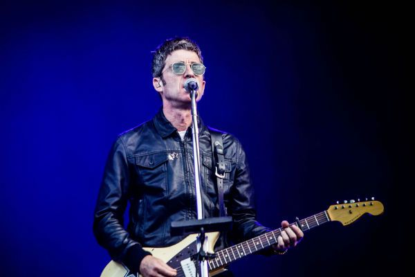 Noel Gallagher está com os dois pés no presente e lança música nova