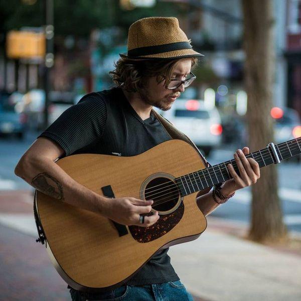 Justin Angelo é um astro do folk que usa violão folk