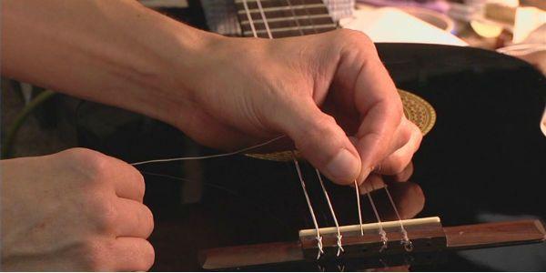 Trocar as cordas de um violão, tarefa comum na vida de um músico