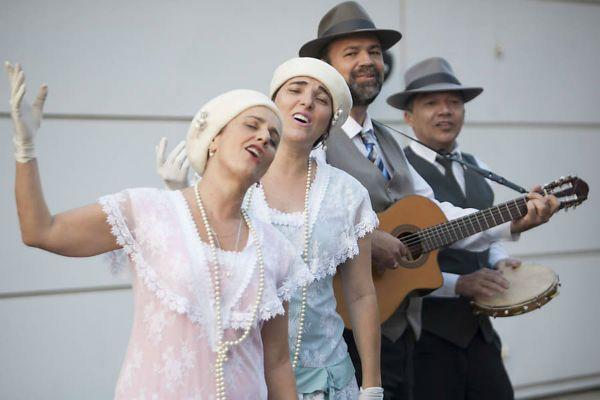 Trovadores Urbanos fazem serenata de forma profissional