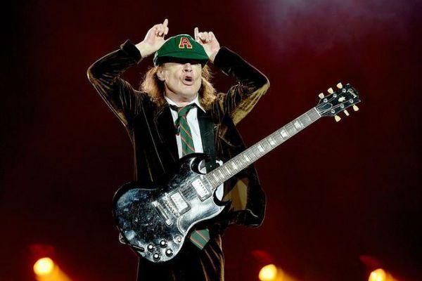Angus Young, os chifres e a guitarra SG