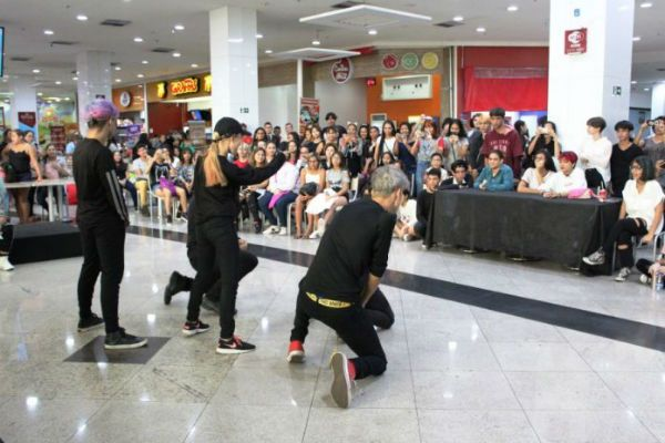 Fãs do BTS se reúnem em shopping