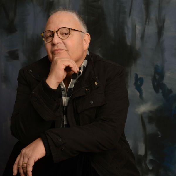 Guilherme Arantes, cantor e compositor, com a mão no queixo
