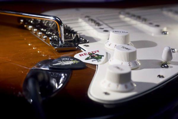 Guitarra Fender Stratocaster com ponte trêmolo