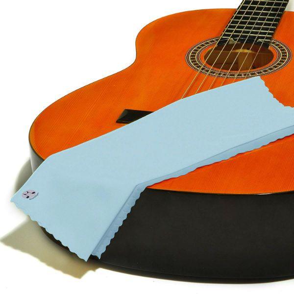 Limpar o violão é uma das tarefas diárias do músico