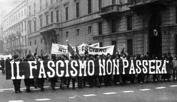 Manifestas italianos erguem faixa com os dizeres O Fascismo Não Passará
