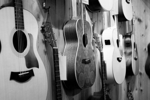 Os violões do mostruário das lojas ficam expostos à ação do tempo