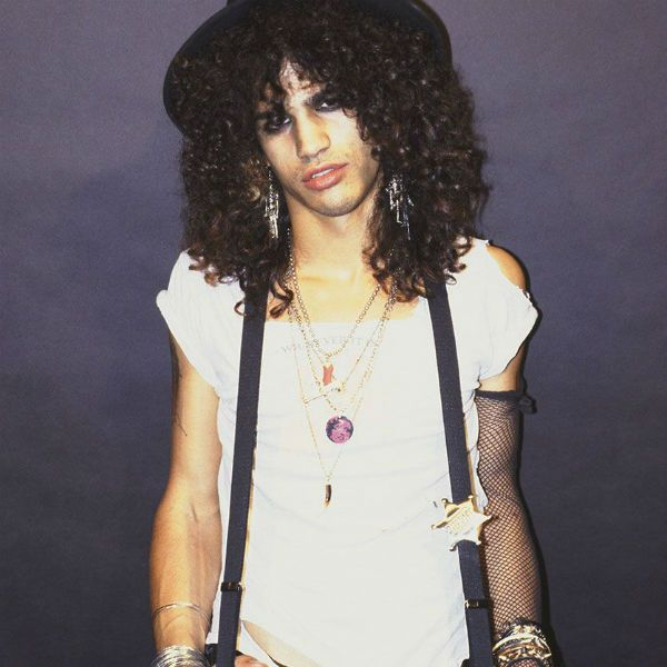 O visual glam era usado pelo jovem Slash