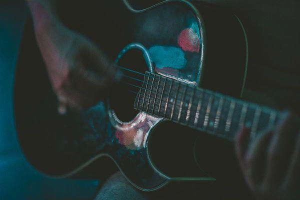 Tocar violão rápido é bom, mas não deve ser o objetivo principial