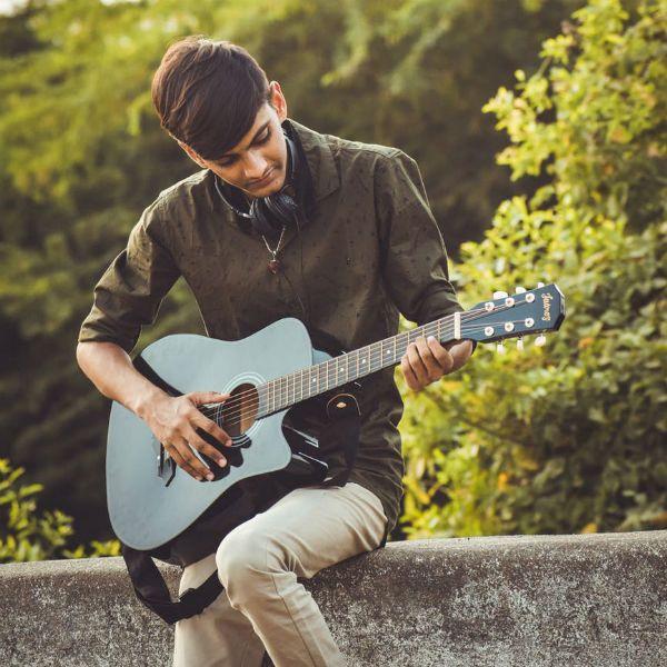 Um violão preto requer um cuidado na hora de limpar