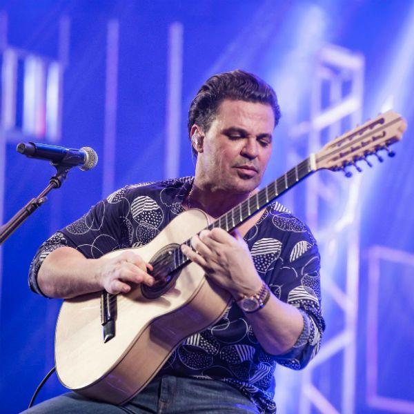 Eduardo Costa tocando viola durante um show