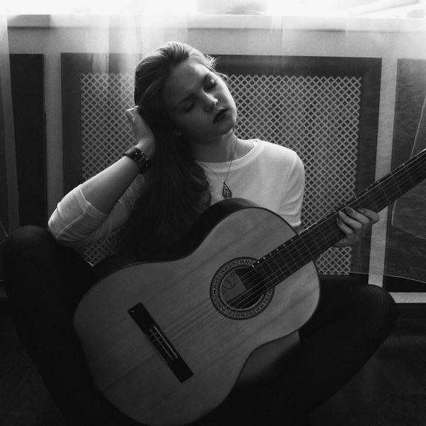 Uma pessoa desmotivada, não consegue tocar violão todos os dias