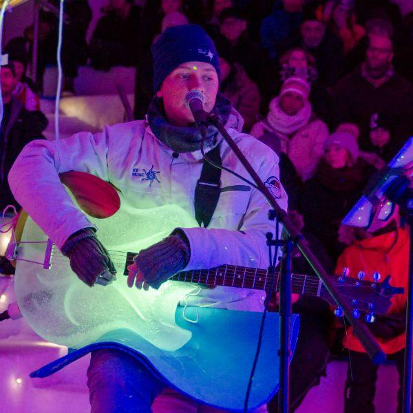 Músico da Ice Music toca violão de gelo durante apresentação