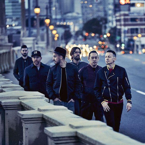 Banda Linkin Park caminha pelas ruas dos EUA