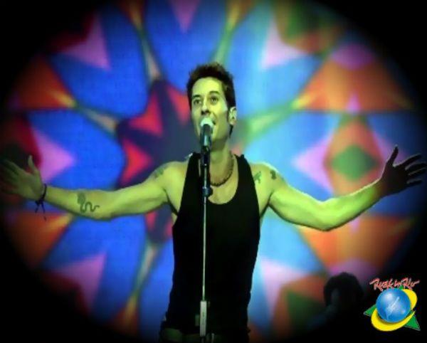 Dinho Ouro Preto durante show no Rock in Rio III, em 2001