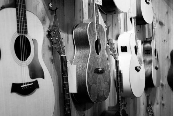 Loja de instrumentos exibe violões no mostruário