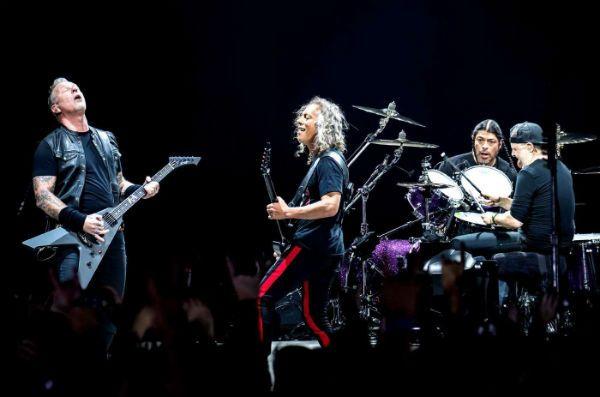 Metallica toca pra plateia gigante