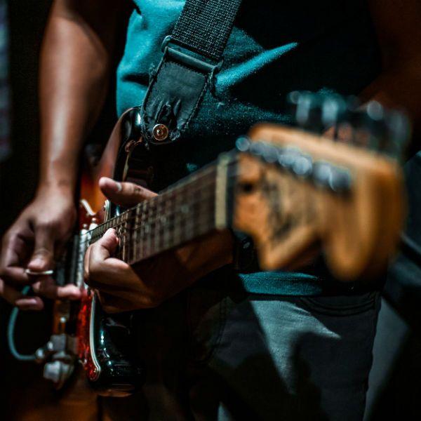 O guitarrista tem várias possibilidades de timbre