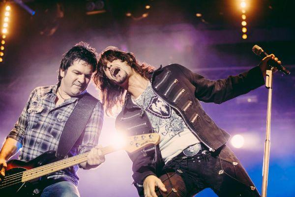 Baixista e vocalistas de uma típica banda de rock