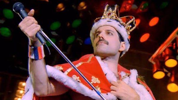 Freddie Mercury veste as roupas da realeza