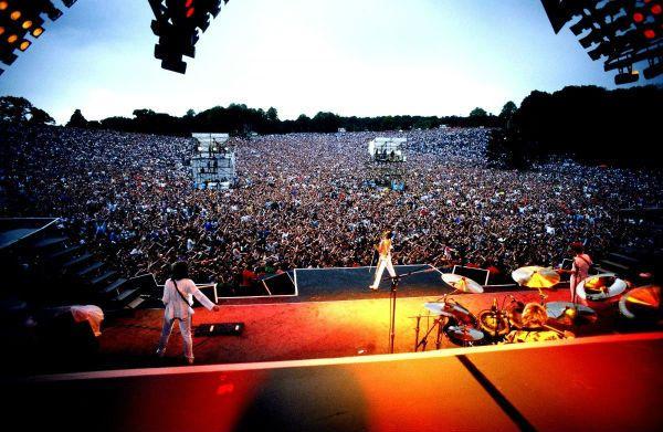 Imagem retrata a banda Queen em seu último show, em Knebworth, no dia 9 de agosto 1986