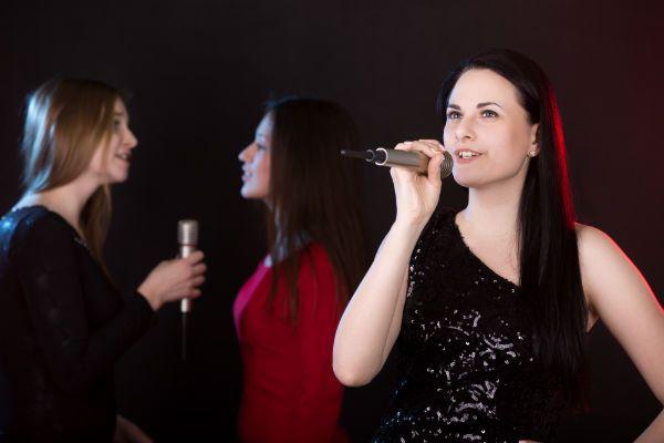 Duas backing vocals e uma cantora principal
