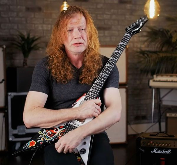 Dave Mustaine posa com uma de suas guitarras
