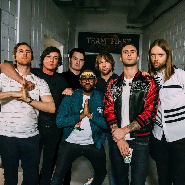 Integrantes do Maroon 5 posam no backstage