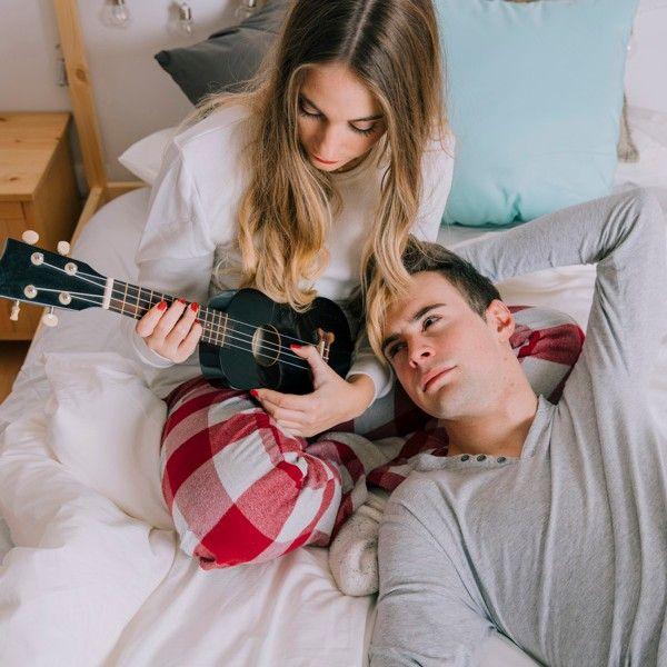 Homem observa mulher tocando ukulele na cama https://br.freepik.com/fotos-gratis/homem-olhando-mulher-com-ukulele_1574609.htm