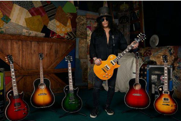 Slash posa com as guitarras da Slash Collection, linha de instrumentos desenvolvida em parceria com a Gibson