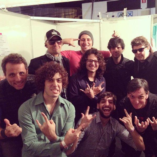 Membros das bandas Titãs e Selvagens Á Procura de Lei se encontram nos bastidores de um festival, em 2014