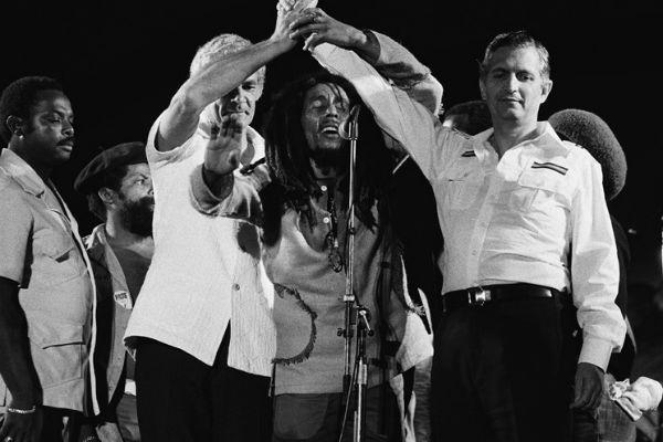Bob Marley durante evento pacisfista, na Jamaica, com Michael Manley e Edward Seaga