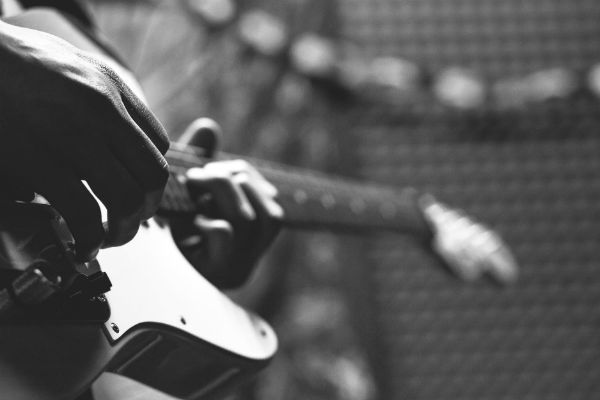 Estudante de guitarra treina escalas musicais