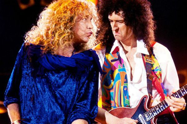 Robert Plant faz um som com Brian May, durante tributo a Freddie Mercury