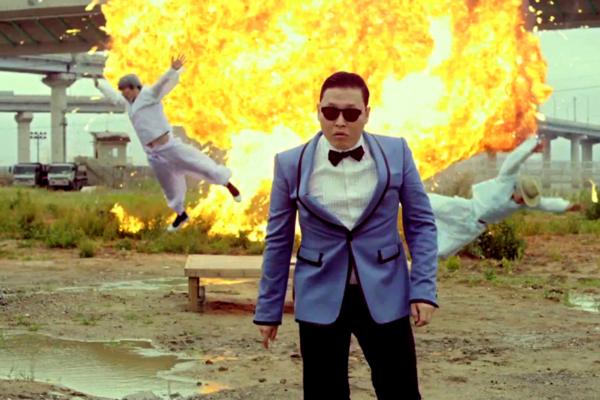 PSY aparece à frente de uma explosão no clipe do hit Gangnam Style