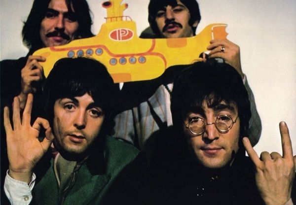 Os beatles com o yellow submarine