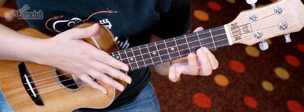 Instrutora do curso de ukulele do Cifra Club
