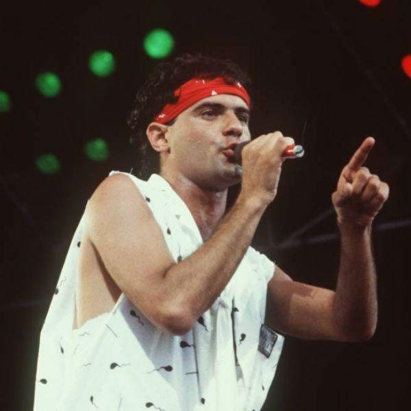 De bandana vermelha, Cazuza canta na primeira edição do Rock in Rio, em 1985