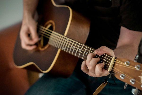 Forma mais conhecida do acorde de dó maior sendo executada em um violão de cordas de aço