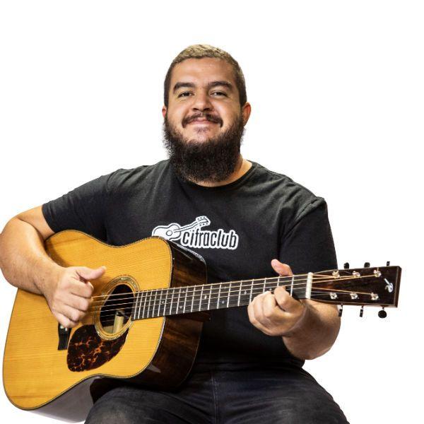 O músico Gustavo Fofão é expert em violão fingerstyle