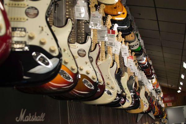 Vários modelos de guitarras disponíveis em uma loja de instrumentos musicais
