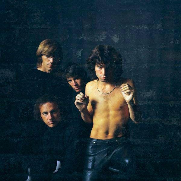 Jim Morrison sem camisa e os demais membros da banda The Doors
