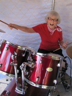 Conheça a inspiradora história de Viola Schmitz, baterista de 106 anos
